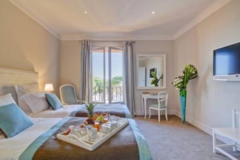 Offering traditional, lightly adorned luxury accommodation, the l'Hotel Ermitage du Riou provides guests with a delightful stay