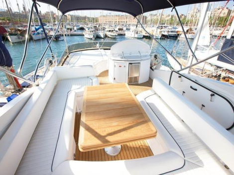 With a large flybridge area and comfortable exterior spaces, the Manhattan 60 is a stunning Mediterranean family boat