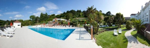 Set within 5 acres of landscaped gardens, facilities include a fully equipped gym, tennis courts and numerous swimming pools.