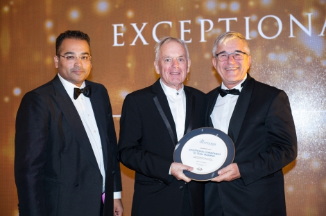 Ozer Akarslan accepts the 'Exceptional Commitment to Team Training' for Sunseeker Turkey