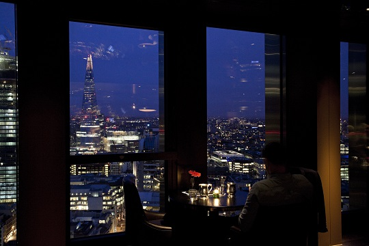 Bathing in daylight during day time, City Social turns into a relaxing yet luxurious venue during night time, with the night skyline of London glistening below you during your drinks or dinner