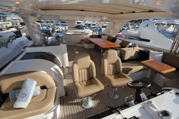 ECUREUIL has a beautiful and spacious flybridge