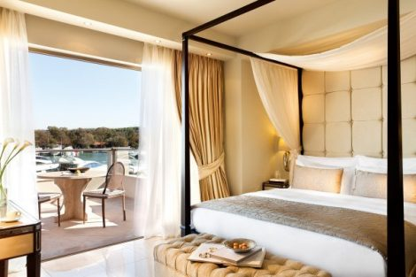 While for those wishing to be closer to all the excitement of the Marina, the ten exclusive Marina Junior Suites promise couples the ambiance of a private yacht club
