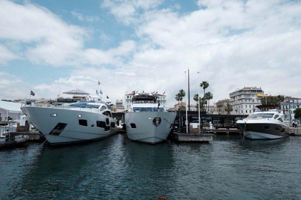 The Sunseeker boats on display during the show / Les Yachts Sunseeker exposés lors de cet évènement