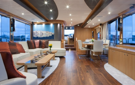 The saloon has a beautiful satin finish oak interior woodwork which perfectly compliments the colouring of the interior